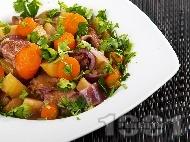 Варено говеждо месо с картофи, ябълки, сини сливи и бира в тенджера под налягане